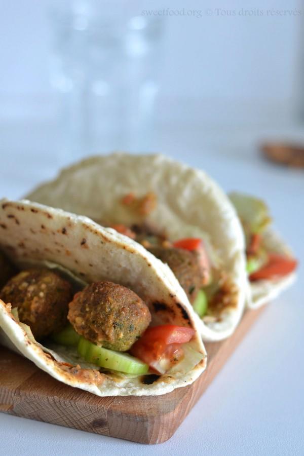 Pain pita garnis – Falafel et crudités